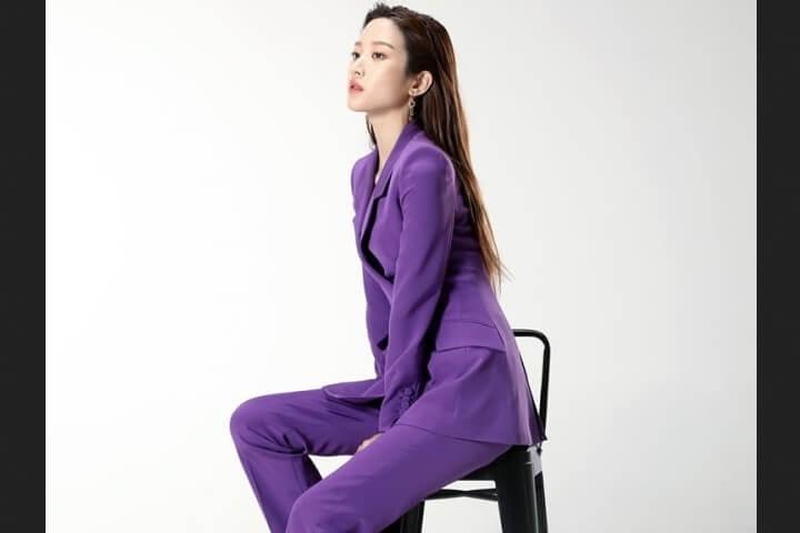 Baju kerja ala Korea di drama Find me in Your Memory - Outfit ungu untuk pemotretan